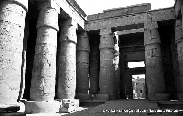 [NB070-1973-42] Karnak - Temple de Khonsou : Double colonnade de la cour et porte d'accès à la salle hypostyle