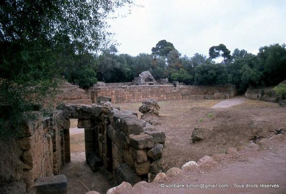 [073-1978-23] Tipasa de Maurétanie : Amphithéâtre - Porte sur l'arène - En arrière-plan, deux autres portes