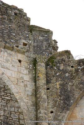[NU904-2015-0027] 17 - Trizay - Prieuré Saint-Jean l'Évangéliste : Détail extérieur situé entre la chapelle axiale et l'absidiole Sud