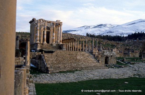 [013-1984-07] Djemila (Cuicul) : Place des Sévères (Nouveau forum) - Temple septimien - En arrière-plan, les montagnes enneigées