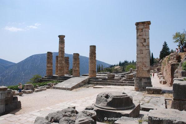 [NU901-2008-0161] GR - Delphes - Temple d'Apollon : Côté Est du temple (entrée) - sur la droite, pilier de Prusias de Bithynie (face Est)