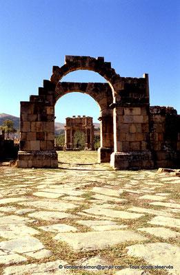 [001-1983-26] Djemila (Cuicul) : Arc de Caracalla - Façade Est vue depuis l'arc de l'Est de la place des Sévères