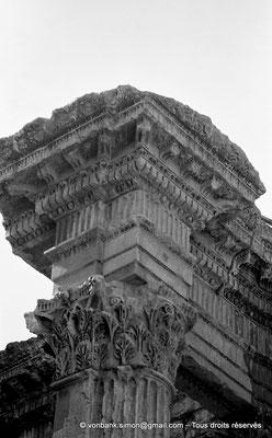 [NB071-1973-17] Baalbek : Temple de Bacchus - Piler Nord du Pronaos (détail)