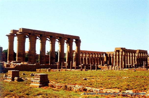 [080-1973-37] Louxor - Temple d'Amon-Rê : Colonnade et cour d'Aménophis III