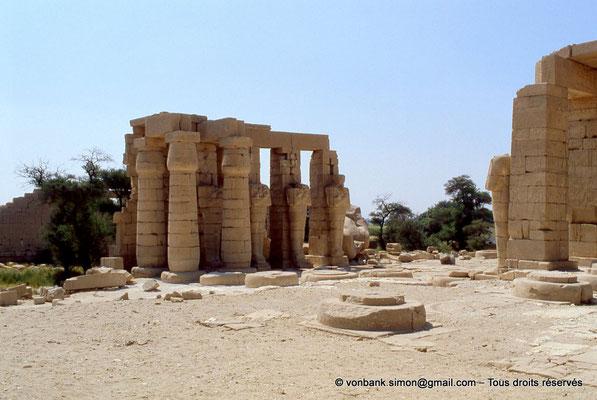 [069-1981-54] Ramesseum : Piliers osiriaques de la façade Est de la deuxième cour