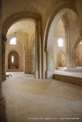 [NU003-2017-042] 13 - La Roque d'Anthéron - Abbaye de Silvacane : Collatéral Nord - Au fond, absidiole et son autel