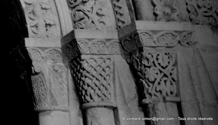 [NU904-2015-0079a] 17 - Sainte-Gemme - Avant-nef : Chapiteaux recouverts de feuillages, palmettes et d'entrelacs (détail la partie droite de la porte donnant accès à la nef)