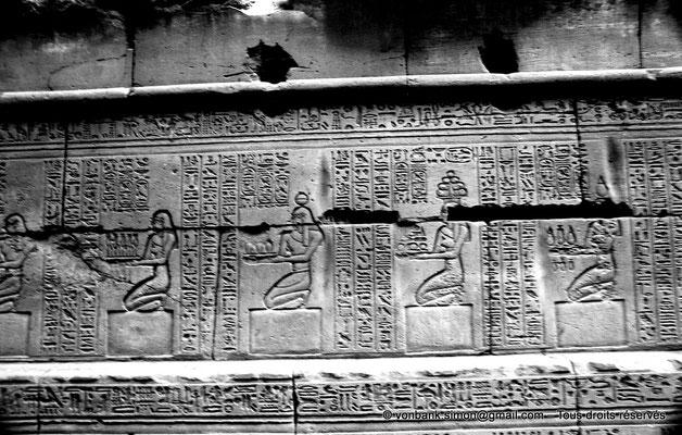 [NB070-1973-50] Karnak - Temple d'Opet : Auguste accompagné de divinités apporte des offrandes au dieu Osiris (soubassement de la façade extérieure Est (registre Nord))