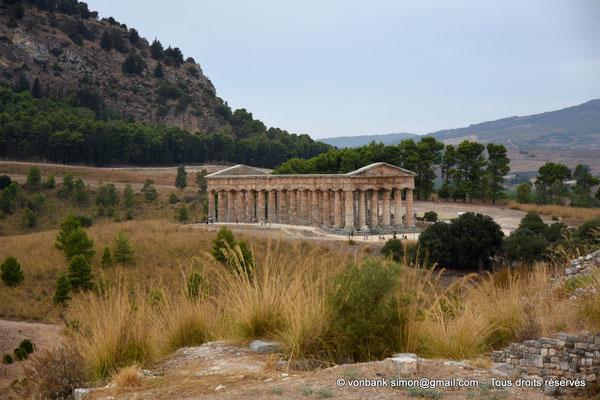 [NU906-2019-1382] Ségeste : Temple inachevé (vue prise en cheminant du Théâtre vers le Temple)
