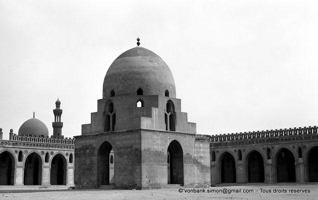 [NB073-1973-53] Le Caire - Mosquée Ibn Toulon : Pavillon des ablutions - En arrière-plan, le dôme et le minaret de la mosquée Sarghatmich