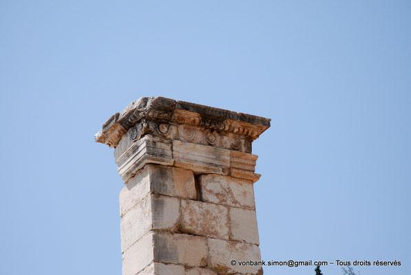 [NU901-2008-0160] GR - Delphes - Temple d'Apollon : Partie supérieure du pilier de Prusias de Bithynie (face Est)
