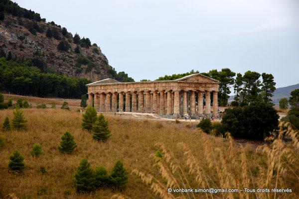 [NU906-2019-1385] Ségeste : Temple inachevé (vue prise en cheminant du Théâtre vers le Temple)