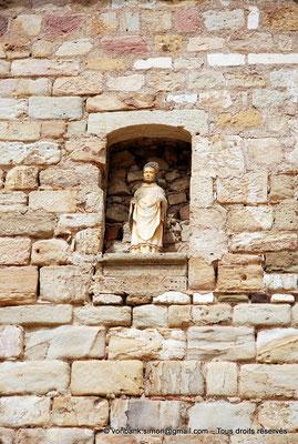 [NU002f-2016-0349] 11 - Fontfroide : Statuette logée dans une niche dans l'un des murs de la cour de Travail (ou cour Louis XIV)