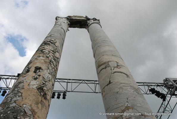 [NU001i-2018-0049] Arles (Arelate) - Théâtre : Les deux seules colonnes avec un morceau d'architrave du mur de scène encore visibles aujourd'hui