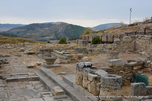 [NU906-2019-1366] Ségeste - Agora : Vue partielle des ruines du portique monumental Nord
