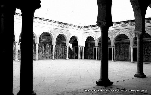 [NB012-1981-18] Kairouan : Mosquée du Barbier (Mausolée de Sidi Sahab) : Cour à portiques précédant la salle funéraire