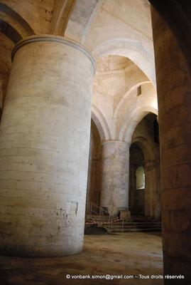 [NU001i-2018-0032] Arles - Les Alyscamps : Eglise Saint-Honorat - Piliers renforcés au XVI° siècle supportant la lanterne des morts à la croisée du transept