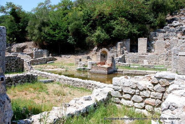 [NU902-2010-090] Butrint (Buthrotum) : Vue partielle du Sanctuaire d'Asclépios et d'une fontaine
