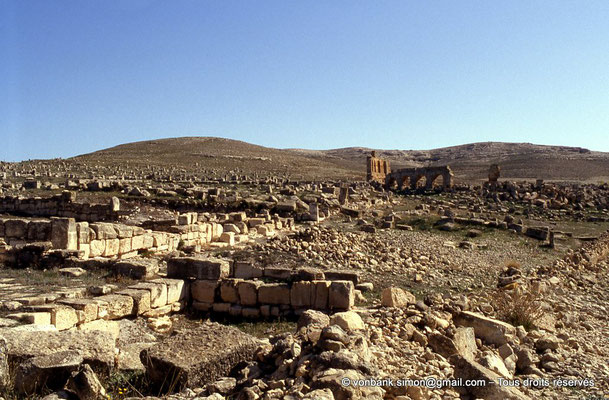 [006-1983-24] Henchir Mdeïna (Althiburos) : Ruines de maisons puis du théâtre