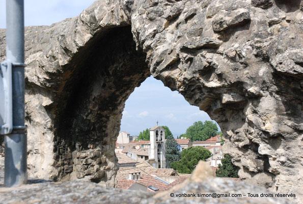[NU001e-2018-0038] Depuis le haut de la cavea, vue sur le clocher de l'église Saint-Florent