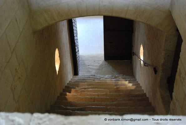 [NU003-2017-058] 13 - La Roque d'Anthéron - Abbaye de Silvacane : Escalier de jour vers le cloître au rez-de-chaussée