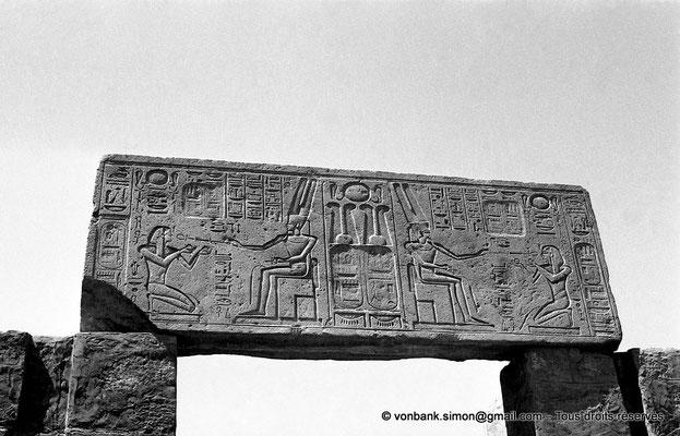 [NB078-1973-32] Karnak - Ipet-Sout : Thoutmôsis III offre le vin à Amon (usurpé par Séthi II - face Nord du linteau de la porte Sud de la salle aux colonnes cannelées  (cour axiale pylônes V-VI))