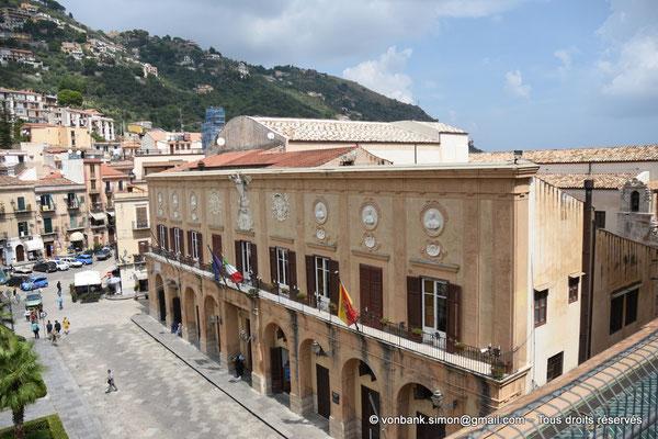 [NU906-2019-1742] Bâtiment de l'actuelle Mairie donnant sur la Piazza Vittorio Emanuele (située au Nord de la Cathédrale)