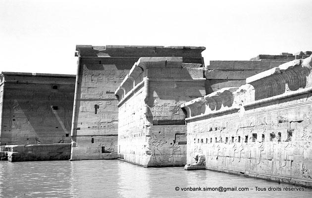 [NB076-1973-61] Philae : Temple d'Isis (parties supérieures de la façade Est) - Naos, Pronaos, Pylône 2, toit terrasse de l'Edifice à portique, Pylone 1