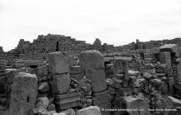 [NB056-1978-62] Timgad (Thamugadi) : Intérieur du fort - Constructions internes avec matériaux de réemploi
