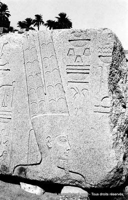 [NB070-1973-22] Karnak - Propylées du Sud : Amon (bloc posé sur le sol de la cour comprise entre les pylônes IX et X)