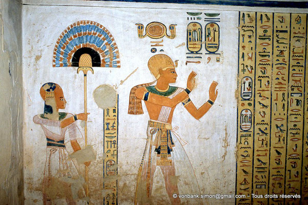 [066-1981-04] QV 44 Khaemouaset : Khaemouaset porte l'éventail behet - Ramsès III