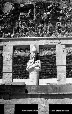 [NB086-1981-35] Deir el-Bahari : Temple d'Hatchepsout - Terrasse supérieure - Statue monumentale représentant Hatchepsout dans l'attitude d'Osiris