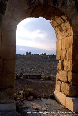 [034-1983-06] Haïdra (Ammaedara) : Petit arc de la rive droite - En arrière-plan, la citadelle byzantine