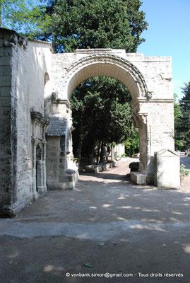 [NU001i-2018-0006] Arles - Les Alyscamps : Arcade romane (XII° siècle) d'une ancienne église consacrée à Saint Césaire accolée à la chapelle Saint-Accurse