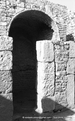 [NB009-1981-28] Bulla Regia : Douche privée avec une voûte composée de tubes en terre cuite (maison de la nouvelle chasse (sous-sol))