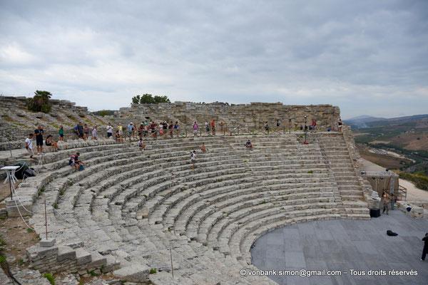 [NU906-2019-1302] Ségeste - Théâtre : Orchestre et partie inférieure de la cavea (vue prise depuis l'Est)