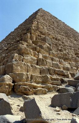 [067-1981-35] Gizeh - Mykérinos : L'une des arêtes de la pyramide