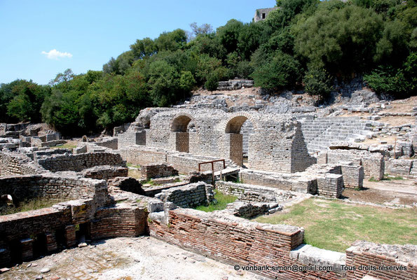 [NU902-2010-110] Butrint (Buthrotum) : Depuis les thermes, vue sur la façade arrière du mur de scène du théâtre et sa cavea