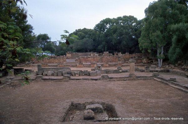 [073-1978-25] Tipasa de Maurétanie : Cour du temple anonyme - En arrière-plan, le nouveau temple
