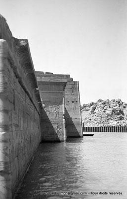 [NB076-1973-55] Philae : Temple d'Isis (parties supérieures de la façade Ouest) - Naos, Pronaos, Pylône 2