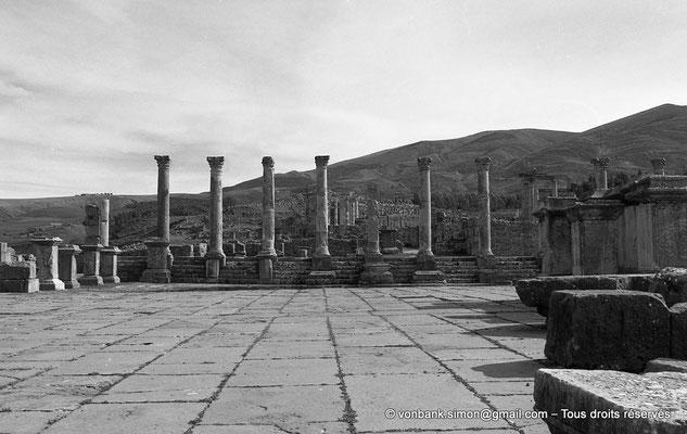 [NB031-1978-13] Djemila (Cuicul) : Forum - Derrière la colonnade Sud, à droite, le Temple de Venus Genetrix - Plus en arrière, le Temple Septimien