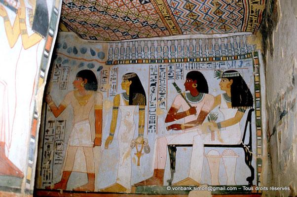 [065-1981-34] TT 96B - Sennefer : Sennefer et Meryt sortant puis assis (chambre funéraire)