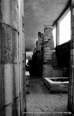 [085-1973-10] Saqqara - Djoser : Colonnade du corridor de l'entrée du complexe funéraire