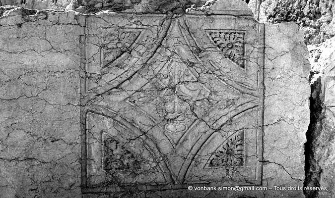 [NB071-1973-06] Baalbek : Temple de Bacchus - Plafond à caissons au sol (détail)