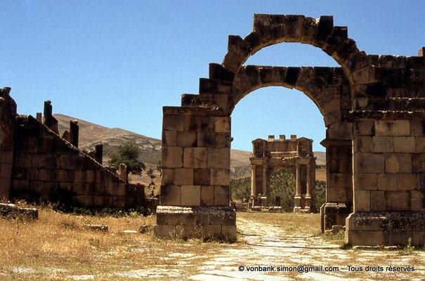 [070-1978-07] Djemila (Cuicul) : Arc de Caracalla - Façade Est vue depuis l'arc de l'Est de la place des Sévères