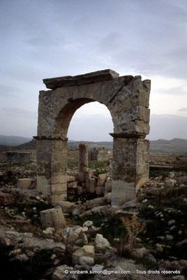 [004-1983-09] Ksour Abd el Malek (Uzappa) : Arc de Caracalla