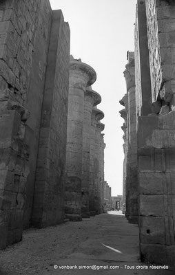 [NB075-1973-16] Karnak - Salle hypostyle : Porte du pylône II donnant sur l'allée principale