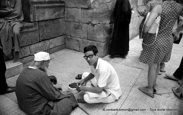 [NB072-1973-44] Le Caire - Mosquée Al-Azhar : Abords de la Porte des barbiers (entrée principale)