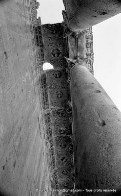 [NB071-1973-21] Baalbek : Temple de Bacchus - Bas-côté avec son plafond à caissons