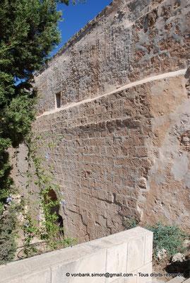 [NU900-2012-0120] Agia Napa : Mur enjambant l'ancien lit d'une rivière asséchée et soutenant l'aqueduc romain desservant le monastère et ses environs